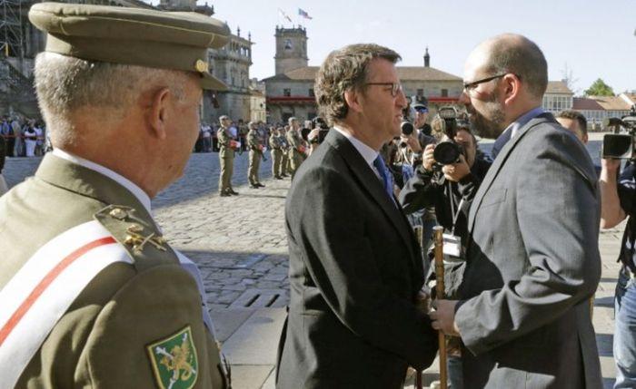 Martiño Noriega y Núñez Feijoo se saludan en plena Ofrenda al Apóstol Santiago en el Día de Galicia